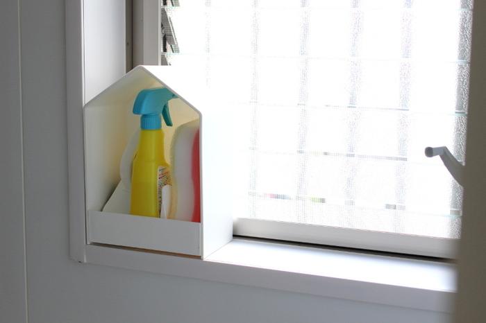 カラフルさが気になるお風呂の洗剤は、こんなインテリア性の高いボックスにまとめると◎ お家型が可愛らしく、億劫なお風呂掃除も楽しくなりそう♪