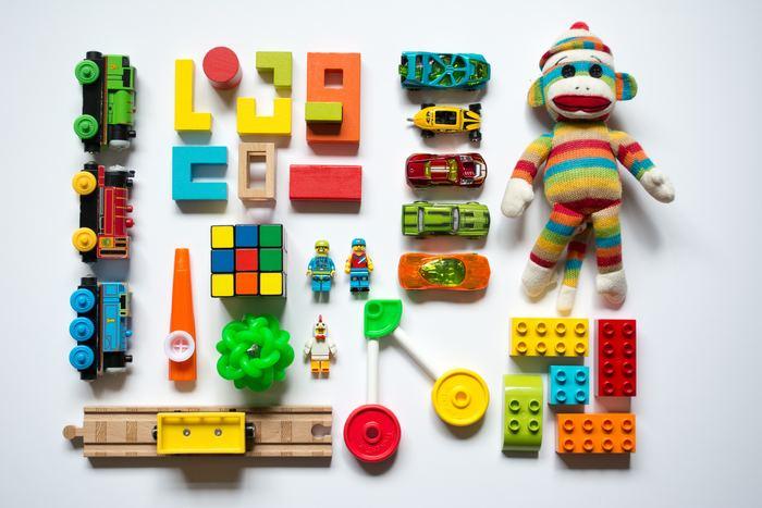 細々した小さいものから大型玩具まで様々な種類がある『おもちゃ』は、大きさも形もバラバラなので「収納するのが難しい…」と感じている方も多いと思います。 また、カラフルでインテリアに馴染みにくいというのも、収納を考える際に悩みの種になりがちですよね。