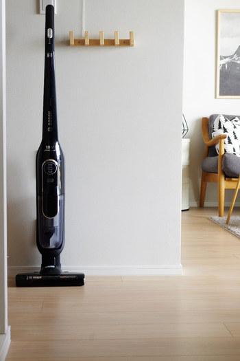 掃除機に対してはつい、「目立たない場所にしまうもの」というイメージを抱いてしまいますよね。 でも、こんなスタイリッシュな掃除機ならリビングの隅に出しっぱなしでもインテリア性を損ないません。  リビング掃除に使うアイテムは、デザインも重視して選ぶのもポイントです。  自立するものならスタンドやフックも必要なく、どこにでも置いておけます。