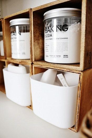 木箱にはベーキングソーダを収納。 真っ白な食品容器にはスポンジをイン。  どちらもセリアの商品なので、真似しやすいのが魅力の収納方法です。