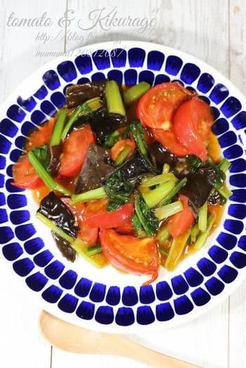 キクラゲの黒にトマトの赤が映える、彩り鮮やかなレシピ。 強火で短時間で仕上げるのがポイントです。 キクラゲのコリコリとした食感が楽しく、食べ応えのあるおかずです。  ▼ポイント&コツ 食感でアクセントを足し算。 ごま油のコクやトマトの旨みでおいしさを足し算。