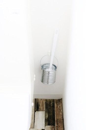 床掃除をするときに邪魔になってしまうトイレブラシは、セリアのバケツに入れて掛ける収納に。  汚れが気になってきたら、バケツを取り換えるだけでOK! 管理が楽なのもいいところです。
