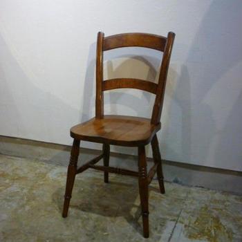 あんまり馴染まないかも?と思った方は、こちらはいかがでしょう。  イギリスのアンティークで、ラダーバック(梯⼦の背もたれ)というスタイルの椅⼦です。個性が強すぎないけれどデザイン性があって、落ち着いた魅⼒を放ちます。  どんなインテリアにも馴染みやすいので、まずはこの⼀脚から、取り⼊れてみてもいいかもしれません。