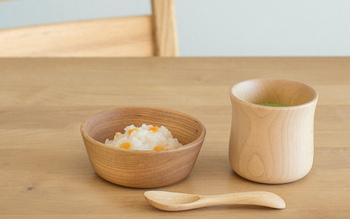 キノコの上に乗っている部分をひっくり返すとコップとお皿に。スプーンは子供の口でも食べやすい、ちょうどいい大きさに。コップにはくびれがついて持ちやすい。