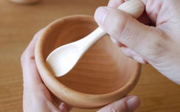 お皿には返しがついていて、小さなお子さんでも上手にすくえるように作られています。木のうつわは熱くなりにくく、落としても割れにくく安心。