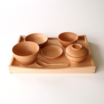 2つの大きさのお皿とボウル、蓋付きのお椀とスプーン、お膳の7点がセットになっている「ブナベビーナーサリーセット」。