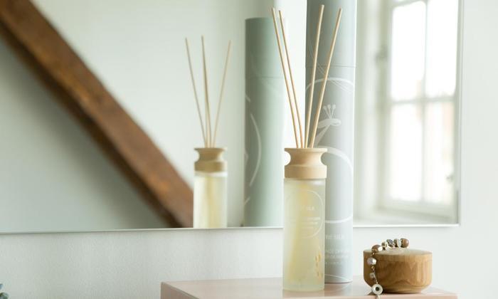 玄関先にほのかに香るアロマは、帰宅するたびにホッと安心感を与えてくれる『我が家の香り』とも言えそうです。 また、家の顔である玄関を心地よく整えることは、来訪されたお客様への小さなおもてなしでもあります。季節の移ろいに合わせて、香りを時々変えてみる趣向も楽しいかもしれません。