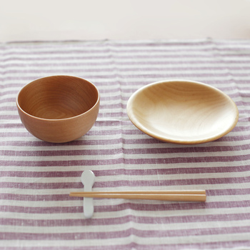 寄木細工で名高い小田原の木工メーカーLa Luz(ラ・ルース)のブランドITUTU。子どものための食器ミニセットは、口当たりの優しい良質なカバザクラ材を使用し、お子さんが初めて使う食器として安心です。