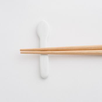 磁器製の箸置きは、可愛いらしいスプーンのかたち。高品質で長く愛用できそうな木の器セットは、出産祝いとして喜ばれそうですね。