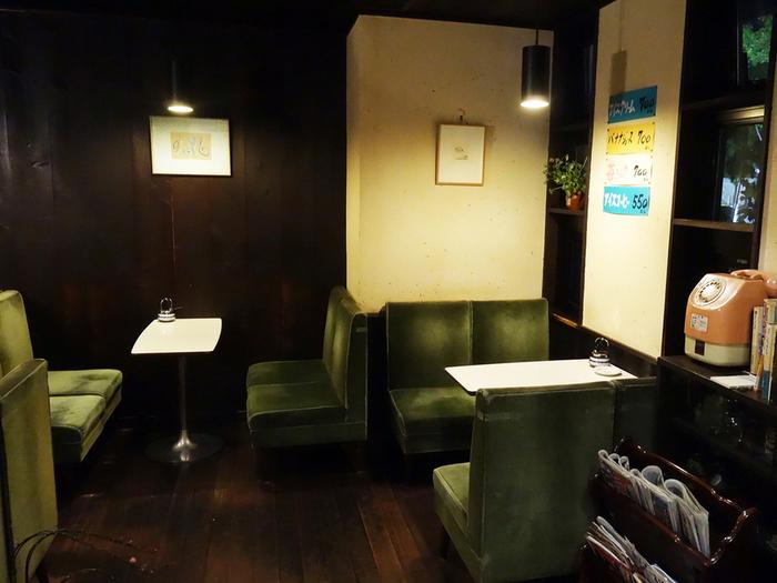 「赤いソファはちょっとインパクトが強いかな・・」という方は、目を休ませてくれる、このようなモスグリーンがおすすめです。