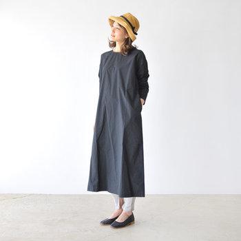 黒のロング丈ワンピースに、グレーのリブレギンスを合わせた着こなしです。ベーシックなカラーだけだと控えめになり過ぎるので、デザイン性のあるハットでおしゃれ度をグッと格上げしています。