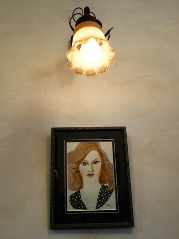 アートな額を壁に飾り、その上に、スポットライトのようにウォールライトを取り付けても。特別おしゃれに見えますね*
