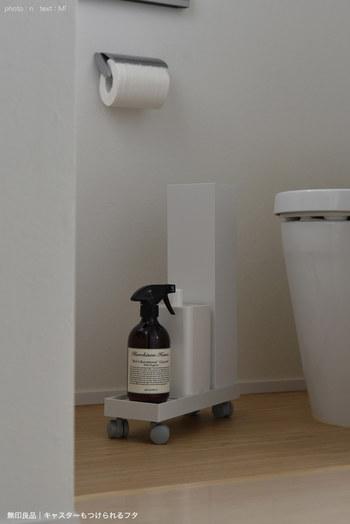 洗剤やトイレポットなどの掃除グッズを、無印のファイルボックスのフタにキャスターを付けてひとまとめ。  掃除が面倒な奥まった場所も、サッと引くだけ簡単に掃除ができるようになります。