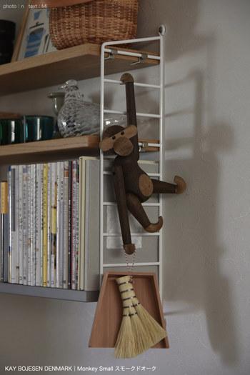 デスク周りの掃除に便利なミニほうき&チリトリは、飾り棚にさりげなく吊るすとかわいらしい。  可愛いお人形に持たせるとユニークさが加わり、手に取りやすい高さに調節することもできます。