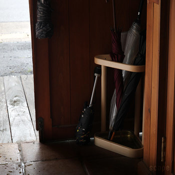 1930年代から製造が続くというアルテックの傘立て。バーチ材と真鍮を使った品のあるデザインは多くの人たちに認められ、愛され続けてきたものです。三角型なら玄関コーナーを存分に活用できます。