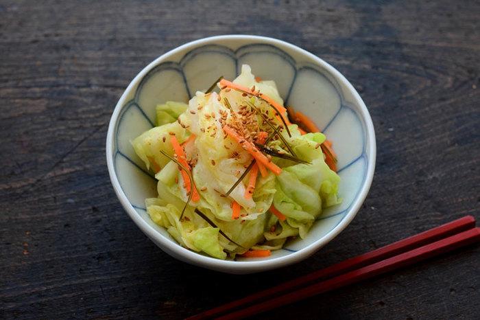 おなじみ野菜、キャベツに人参を加えて作る浅漬けのレシピです。昆布の旨味とごまの香ばしさも合わさってご飯のお供にぴったりのお漬物。10分で作れて、3~4時間漬ければOKです。こちらも冷蔵庫で2日ほど保存できますよ。