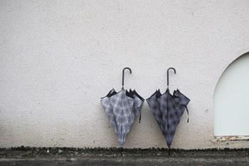 傘を閉じたときのやわらかなボリューム感がとても素敵なリズベットフリースの長傘。片手でラクラク開くことができるジャンプ機能もついており、荷物の多い日でも安心して持つことができる傘になっています。