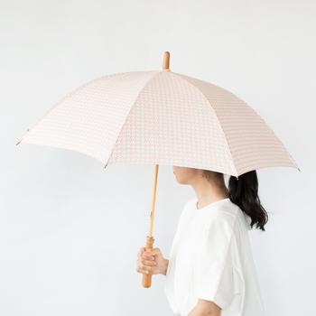 ポンピン堂の晴雨兼用傘は、クラシカルなデザインをハンドプリントでシルクスクリーン職人さんが丁寧に仕上げたものです。ぽってりとした持ち手には革ひもがつけられ、手首にかけたり、ちょっとどこかへ引っかけておきたいときにも便利です。