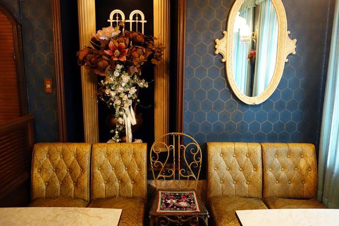複数の色が入った柄がハードルが高いなら、単色でも素敵な壁紙がたくさんあります。紺や茶色など、落ち着いていて家具とのバランスが良い色を選べば、こんなに素敵。  壁紙選びで悩んだ時には気に入ったファブリックのテキスタイルを参考にすると、希望のイメージがかたまりやすいかも*