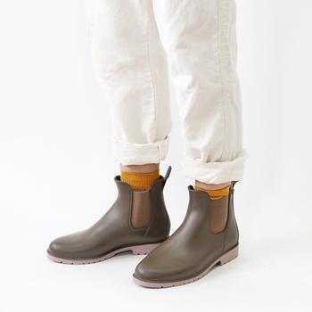 フランスのブランド、ウモのサイドゴアレインブーツ。深くサイドゴアが入っているので、履き口が伸びとても履きやすいんですよ。すらりとしたフォルムが美しいですね。渋みのあるベージュは日常使いしやすいので一足あると重宝します。