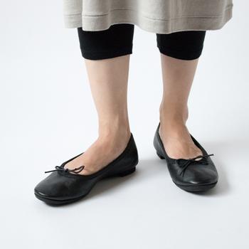 ベーシックなスタイルのバレエシューズは、雨の日だけではなく、晴れた日にも使いたくなる履き心地の良さがあります。持ち運びに便利な巾着袋もついています。