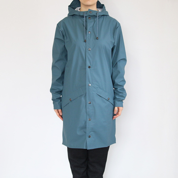 まるで普通の薄手のコートを着ているような軽やかさがあるレインズのロングジャケット。ストレッチ性があり、ほどよく体にフィットしてくれます。落ち着きのあるブルーは、さりげないお洒落におすすめです。