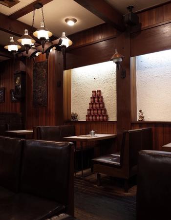 重厚感を放ち、落ち着きを感じやすい革張りソファ。装飾的ではなく、シンプルで、かつ喫茶店のレトロな雰囲気を出したいならば、革張りソファがぴったり。
