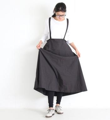 黒のショルダー付きスカートに、黒のレギンスをレイヤード。トップスはシンプルな白の長袖Tシャツを合わせて、ベーシックなモノトーンコーデに仕上げています。シューズを変えるだけで、上品にもカジュアルにも楽しめるコーディネートですね。
