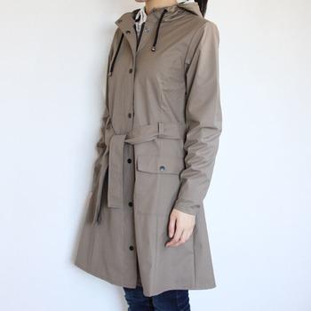 トレンチコート風に着こなすことができるベルト付きのレインコートです。前でラフにベルトを結んだり、背中側で蝶結びにしたりとアレンジも自由自在。エレガントな装いのおでかけにおすすめです。