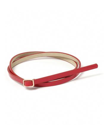 ベルトを目立たせたい方にオススメしたいのが、「赤(レッド)」のベルトです。合わせる色は同色以外なら何でもOK!差し色としてコーディネートの中心に持ってくることで、いつものスタイルを新鮮にアップデートしてくれます。
