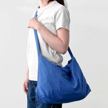 最初から撥水加工が施してあるレインバッグなら、雨の日でも安心して持つことができます。こちらのバッグは、消防防災用品を手がけているメーカーが作った日本製のレインエコバッグで、かぶせ布を使って中まで雨がはいり込まないように考えられています。