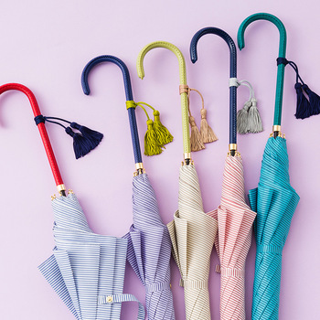 細部にまで心配りされたこちらの傘は、日本の職人さんの手によるものです。すらりとした持ち手のビビットなカラーと上品な生地の組み合わせも素晴らしいですね。
