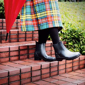 ショートタイプのレインブーツはなんといっても、脱ぎ履きがラクチンなのがいいですよね。3cmのローヒールは、歩きやすいうえ、足をすらりと美しく見せてくれます。