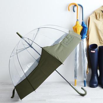 こちらのフォルムが美しい傘は、レインブーツで有名なハンターのもの。すっぽりと体が収まるドーム型の傘はしっかりと雨から守ってくれる頼りになる一本です。