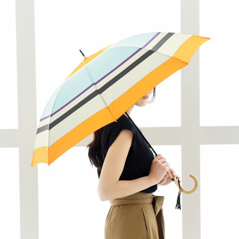 キツネの嫁入りをイメージしたという気持ちが明るくなるようなこちらの傘。淡いブルーは水たまりを、そして、オレンジはお天気雨の太陽を表しているそう。気分もふんわりと浮き立ちますね。