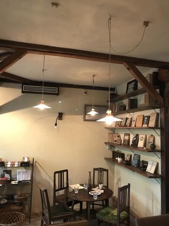 """そんな憧れの空間に、あなたのお部屋を近づけてみませんか。今回は、実際の喫茶店をお手本とした、喫茶店風のお部屋づくりのコツをご紹介します。  スッキリと現代的でおしゃれな雰囲気の""""カフェ""""もいいけれど、クラシカルな喫茶店の温かな雰囲気は、また格別。ぜひ模様替えの参考にしてみてくださいね。"""