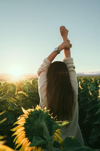 朝にストレッチをして身体の筋肉を伸ばしてあげると交感神経が優位になり、心と身体がオンに。血の巡りも良くなり、身体中の細胞がいきいきと動き出します。