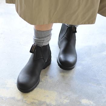 オーストリアの国民的ブランド「Blundstone(ブランドストーン)」のシンプルなサイドゴアブーツ。耐久・耐水性に優れているから、レザー素材なのにレインブーツ感覚で履けるアイテムです。 ナチュラルスタイルからアウトドアまで、様々なシーンで大活躍してくれます。