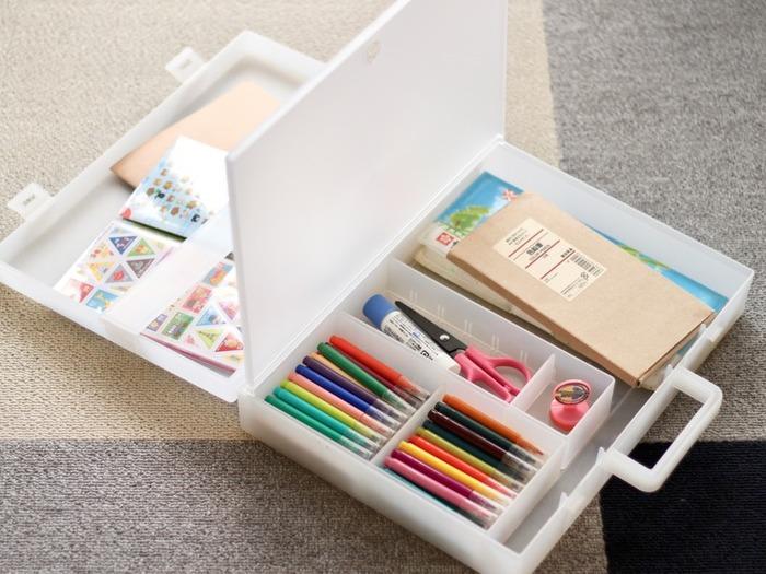 無印良品の「自立収納できるキャリーケース」を使った文具収納。お子さんがお絵かきをしたり工作をしたりする時にも、気軽に持ち運べる便利なアイテムです。  こちらも、仕切りなどを使って1ケースに1カテゴリ収納ができています。