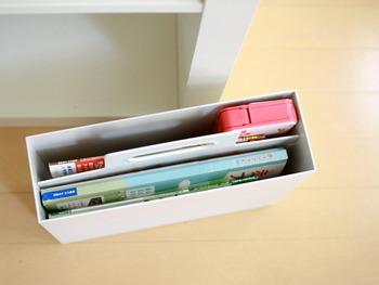 リビング学習では、ファイルボックスを使うのもおすすめです。オープン棚と組み合わせれば、インテリアとしても美しくすっきりとした印象に。こちらも持ち手が付いているため、移動が楽にできます。
