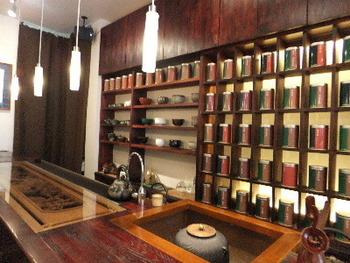 東京メトロ銀座線、半蔵門線、表参道駅から徒歩8分の場所にある「Te Hong(テホン)」。中国茶だけでなく日本茶も取り扱っている、知る人ぞ知る茶館です。店内には、ズラリと茶葉や陶器が並んでおり、カウンター越しに繰り広げられるパフォーマンスを楽しみながら、飲み比べをしたり、茶葉の購入が可能です。