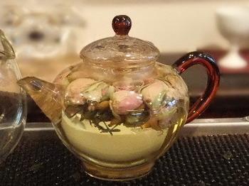 こちらは、華やかなビジュアルの「薔薇茶」。お湯を注ぎ、花が咲き開くまでゆったり待ちます。ほのかに香る花の香りを楽しめる「薔薇茶」は、リラクゼーション効果があり優雅な気持ちにさせてれます。