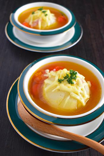新玉ねぎを丸ごと豪快に使ったコンソメスープ。みずみずしく柔らかな新玉ねぎなら、調理時間もスピーディー!うまみたっぷりの美味しいスープの完成です。