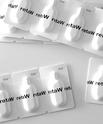 《 retaW(リトゥ) / Porta Fragrance 》 同じく持ち歩きに便利なのがこちらのポーターフレグランス。個包装のハードクリームタイプで、必要な分だけ切り離して使えます。約1gずつ梱包されたこのサイズならどこに入れておいてもかさばらず、一回分ずつ使い切るので衛生的。シャボン系やフルーツ系、フローラル系など4種類の香りがあります。