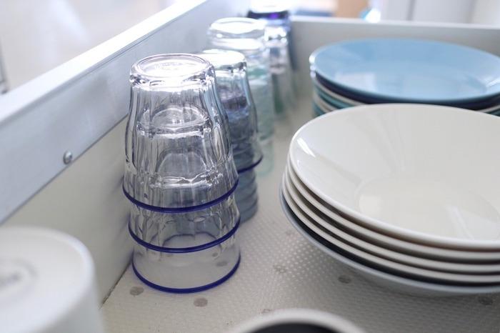 割れやすさが心配なグラスですが、食洗機に入れたり、電子レンジに入れたりしても大丈夫。コールドドリンクからホットドリンクまで使えるグラスはめずらしいですよね。  手になじみ、すっぽりと収まる凹凸デザインは、スタッキングしやすさにも繋がっています。食器棚や引き出しにもコンパクトに収まるのも魅力です。