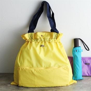 雨の日でもいつものバッグを使いたいという人におすすめなのが、レインバッグカバーです。巾着型になっているので、雨が上から降り込んでしまうこともありません。