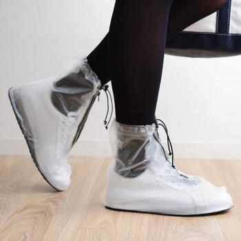 お気に入りの靴を履いているときに限って、突然の雨が降ってきた!そんなときに活躍してくれるのが、シューズレインカバーです。いざというときのために、鞄に忍ばせておけば大切な靴を汚してしまうことがありません。