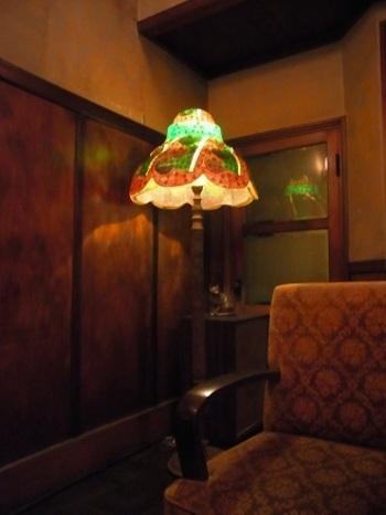部屋全体の照明を抑え気味にして雰囲気を重視すると、⼿元の明かりがほしくなるもの。  そこで、クラシックなシェードランプを使ってみませんか。部屋全体はほどよい明るさのまま、ポイント的にあかりを与えてくれます。便利なのに、ぽわっとした優しさのある光に癒されることもでき、愛着がわきそうです。