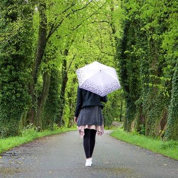 雨の日は、薄暗くてなんだか気分も落ち込みがちになるものです。傘をさしていても、足やお洋服が濡れてしまうのも嫌ですよね。