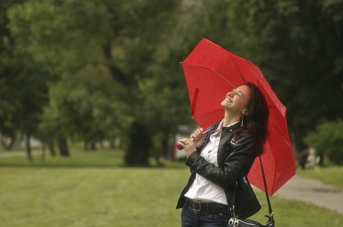 傘やレインシューズ、レインコートだけではなく、雨の日を快適に過ごすお手伝いをしてくれるユニークな雨の日グッズも併せてご紹介していきます。